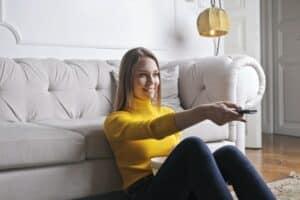 אישה צופה בטלוויזיה