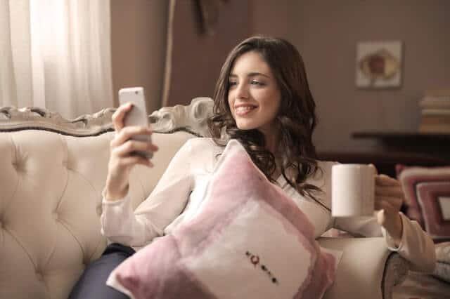 אישה עם פלאפון