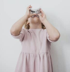 ילדה שותה