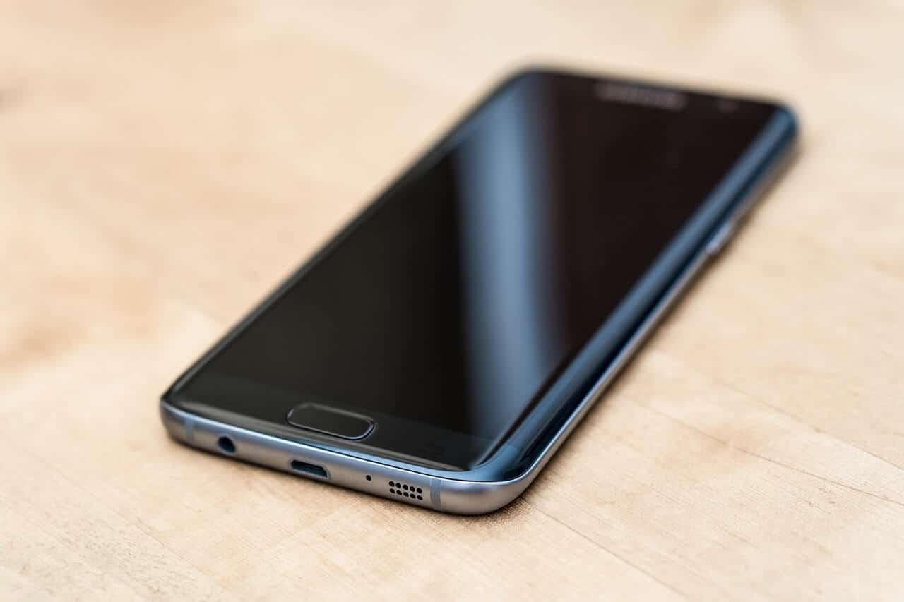 מכשיר סלולר בצבע שחור